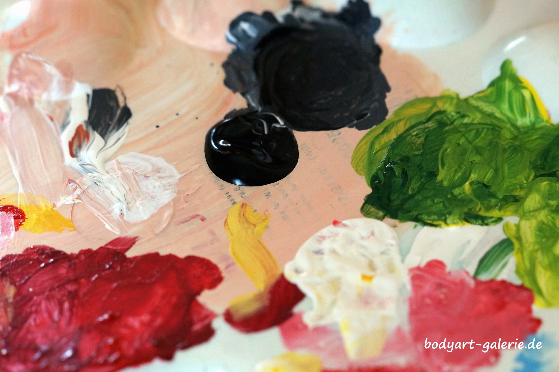 Und nun, ran an die Farben ;) © bodyART Galerie