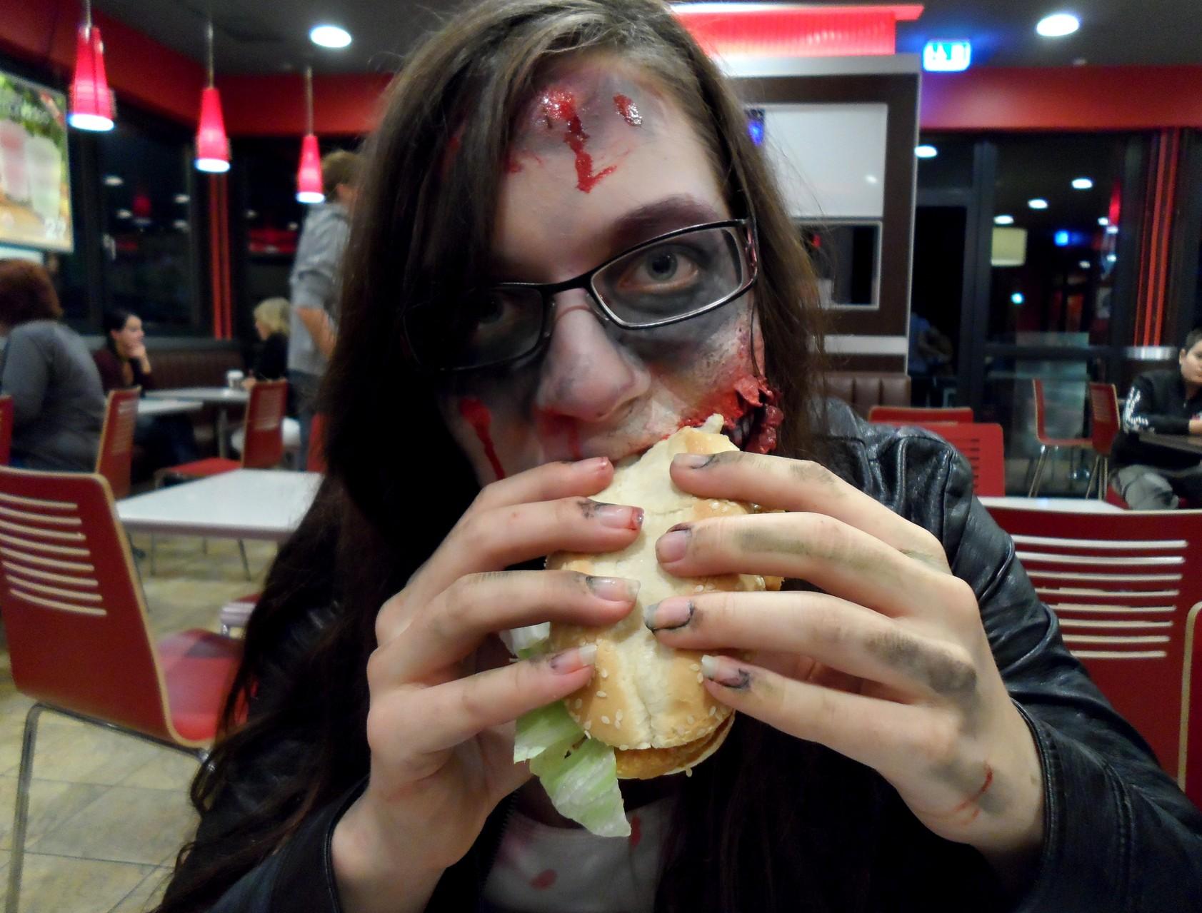 Ein Shooting macht hungig, also nix wie ab zum Vaihinger(Enz) Burger King. Dana meinte wir brauchen uns nicht abzuschminken.... XD ...Einer lies sogar seine Coke fallen... ojeee :D (Nachfolgende Fotos: bodyART Galerie)