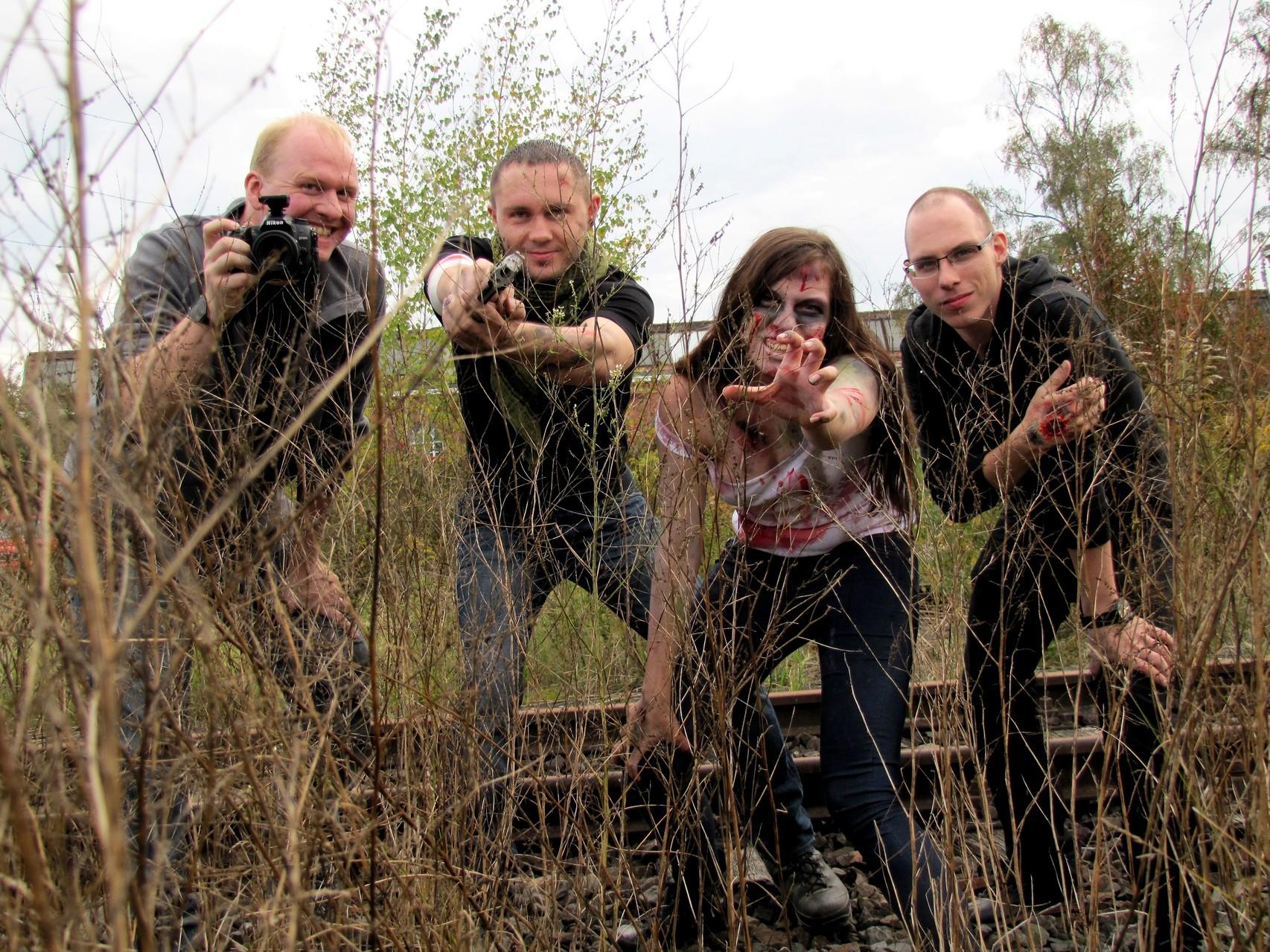 "v.l. Fotograf Markus (cavelight-arts.de), Benny, Model Dana (Yakyra) & ""Hand""-Model Sebastian"