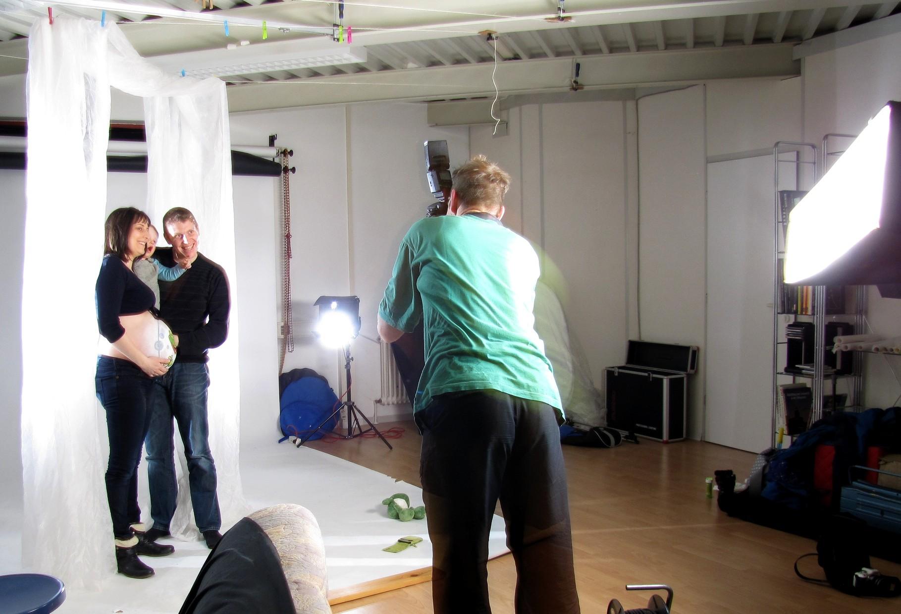 """Anschließendes lustiges Familien-Fotoshooting bei Volker Henkel - """"Fotomoment bei der Arbeit"""". ;) So in Aktion, dass ich kaum ein wackelfreies Bild von den 4 ähm 5 hinbekomme. ;)"""