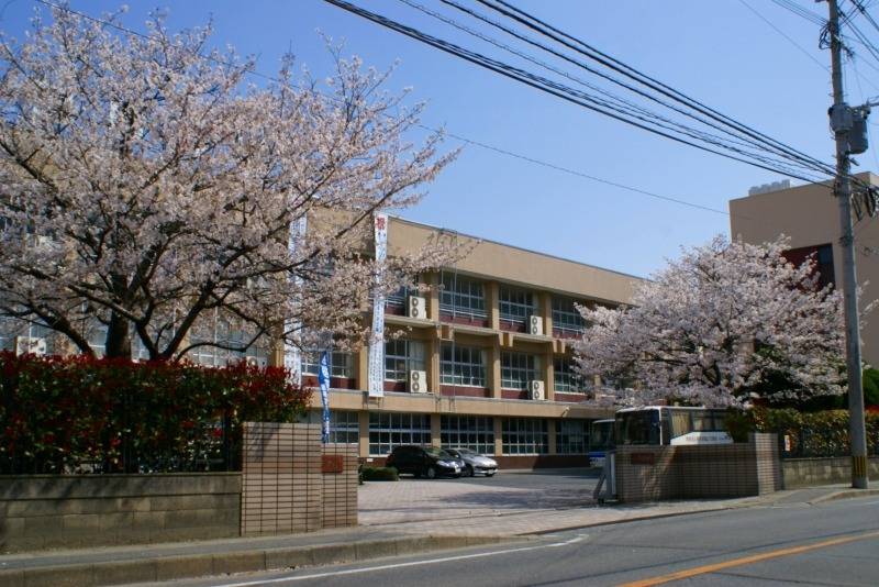 当院の正面の博多高校