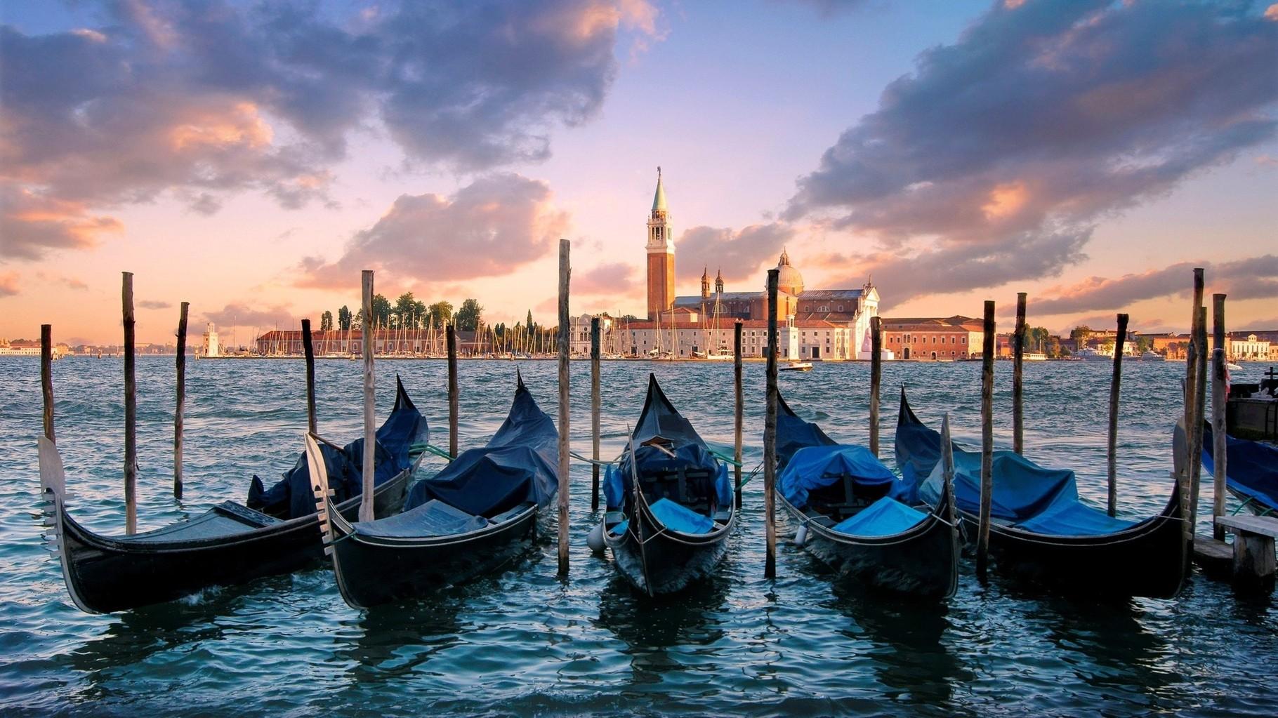VENEZIA - Vista di Venezia con le famose gondole