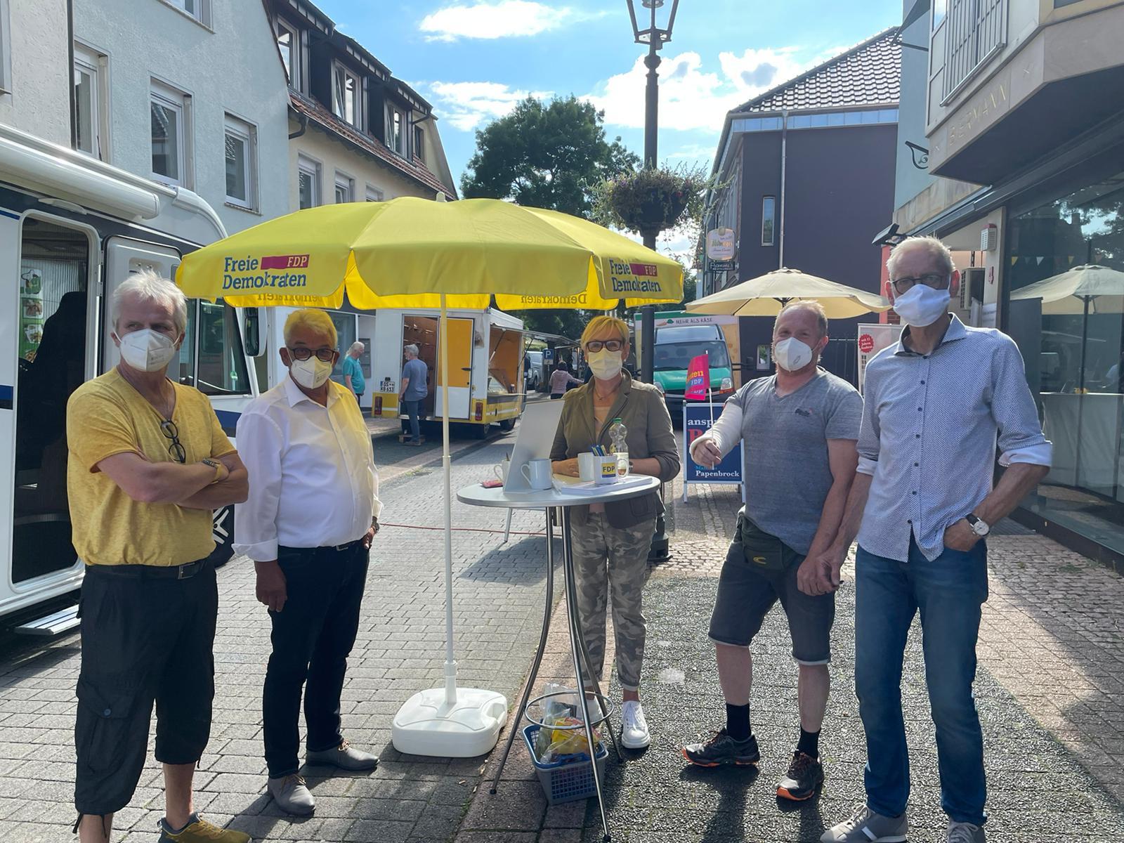 FDP Infostand mit Hans-Otto Petersmann auf dem Wochenmarkt