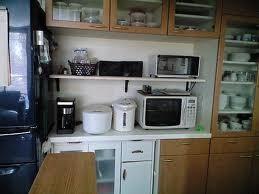 一般的な家電品と一緒に電子レンジが並んでいます