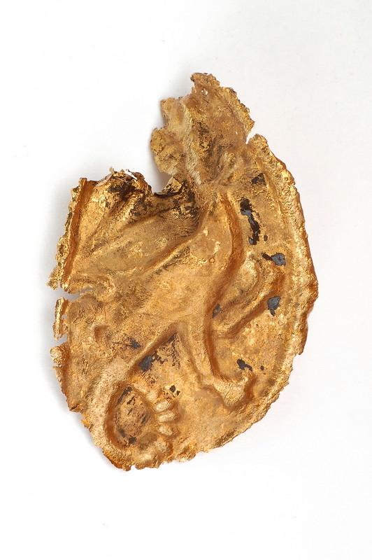 Messingblech (Fabelwesen auf zwei mächtigen Hinterbeinen, entweder Drache oder Basilisk), 13. Jhdt., gefunden 2008 bei Ausgrabungen an der Hörder Burg.