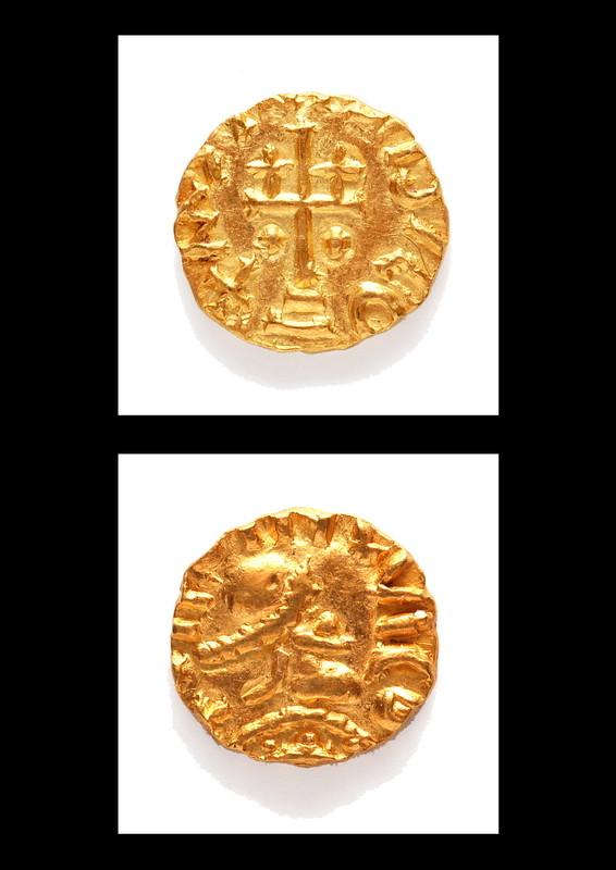 Goldmünze, sogenannete Triens aus dem Reich der Merowinger. Die Münze ist prägefrisch 5 mm groß. Sie wurde 2005 in einem reichen Männergrab bei archäologischen Grabungen din Do-Asseln gefunden (7. Jhdt) Text: Stadtarchäologie, Dr. Henriette Brink-Kloke