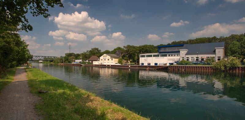 Dortmund - Ems - Kanal mit dem Ruderclub Germania (li.) und dem Ruderclub Hansa (re.). Im RC Hansa 1898 befindet sich das Bundesleistungszentrum Rudern, in dem (nicht nur auf dem Kanal selbst) Teile der Nationalmannschaft u. a. der Deutschland Achter der