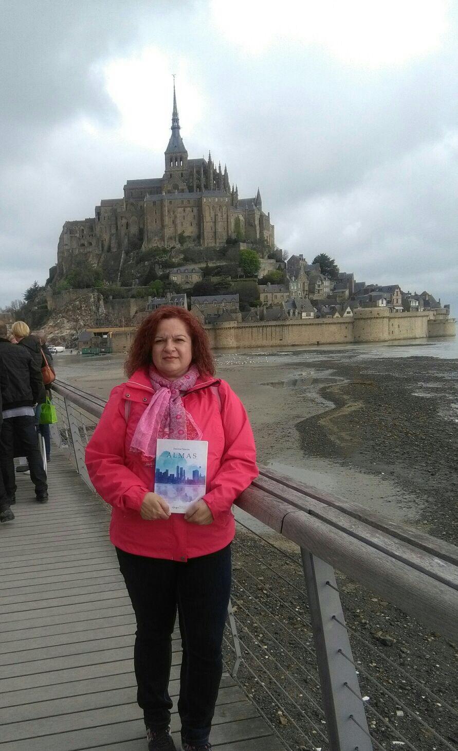 Carmen con su ejemplar de Almas, en Saint Michel.