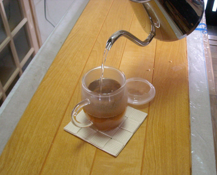 マグカップの茶こしにおまん小豆茶の粉末を入れ、熱湯を注ぐ