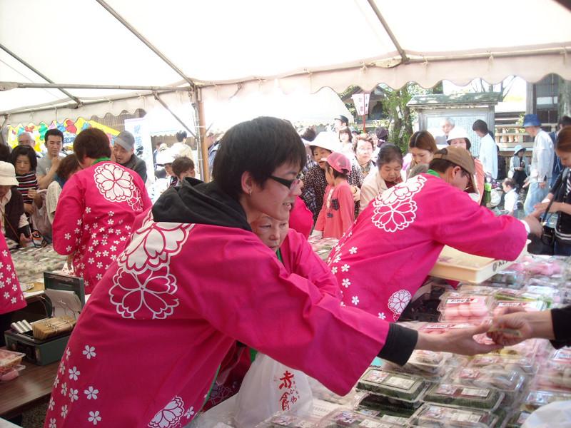 境内の売店も「念仏赤餅」を買い求める人で大賑わい