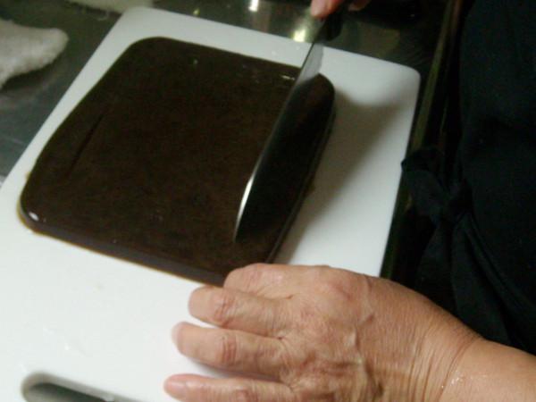 おまん小豆の煮汁に黒糖を加えた黒寒天をさいの目にカット
