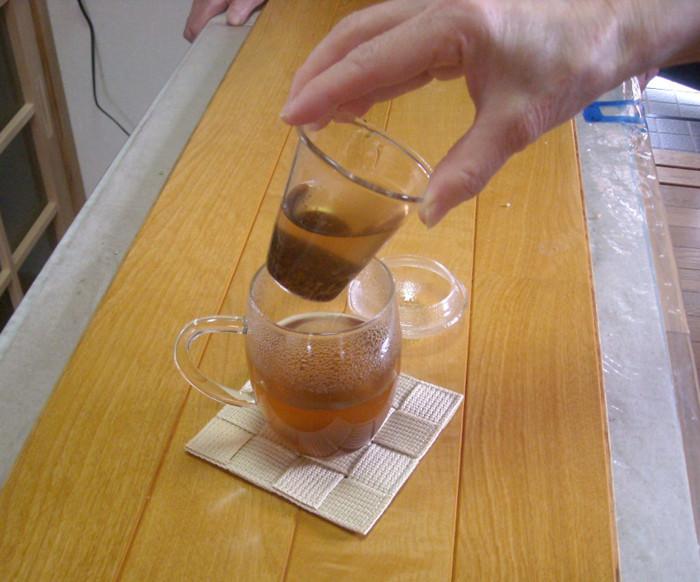 3分経ったら、茶こしを取り出して蓋の上に置く