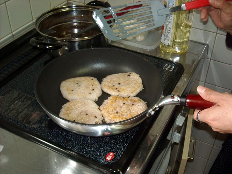 津幡産『倶利伽羅米』におまん小豆を混ぜて炊いたライスをこんがりと焼いています!