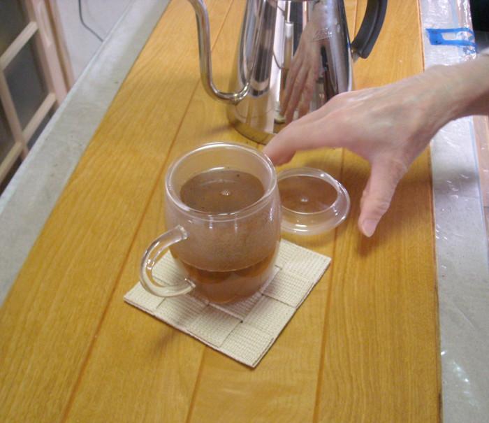 熱湯を注いだら、マグカップの蓋をする