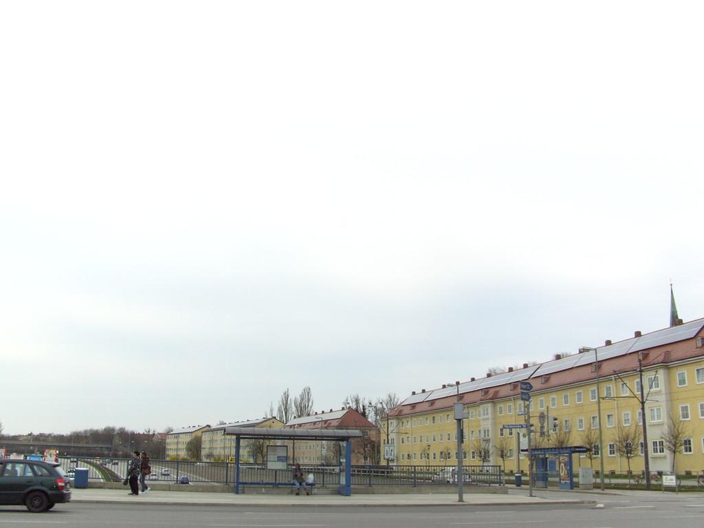 PV auf den Gebäuden an der Lindaur Autobahn in München