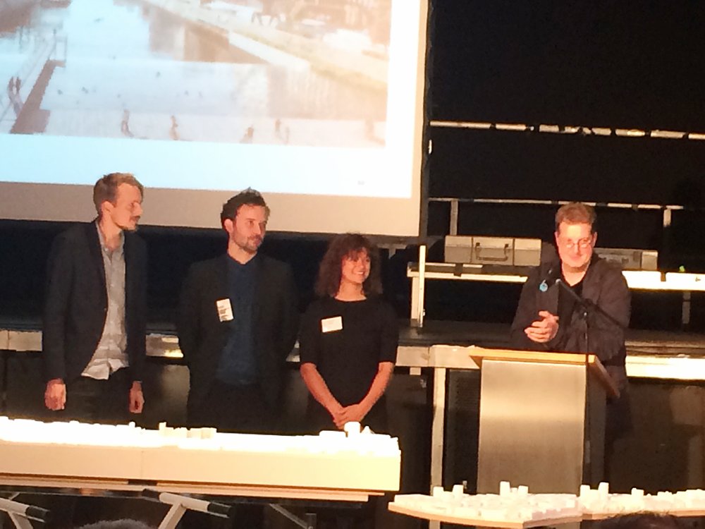 Das Team Cobe (Kopenhagen) sind die Gewinner. Baudezernent Franz-Josef Höing und der Saal applaudieren.