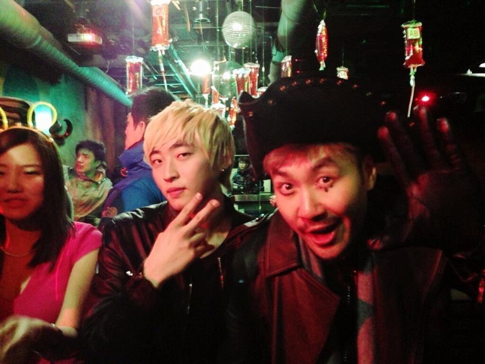 """Especial Vampires """"Infinity Challenge"""" junto a Noh Hong-chul. R-Tee participó como DJ durante la filmación del programa"""