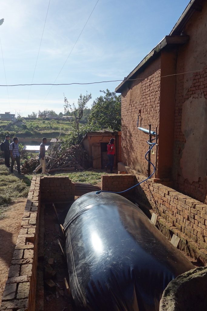 水とともに牛の糞尿を送り込み、大きなビニール袋のなかでメタン発酵をさせます。