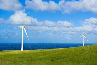 ハワイ島に立つ陸上風車 洋上風車にシフトすることで大都市への電源の供給が容易に CC BY-NC-ND 2.0 John Bruder