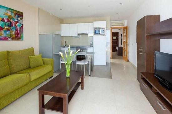 Blick zum Eingang und zur Küchenzeile vom Balkon