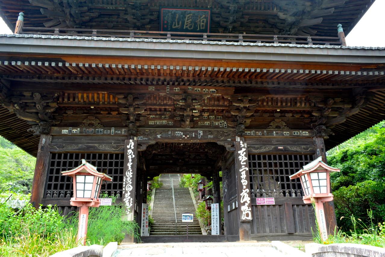 江戸時代に再建された山門。
