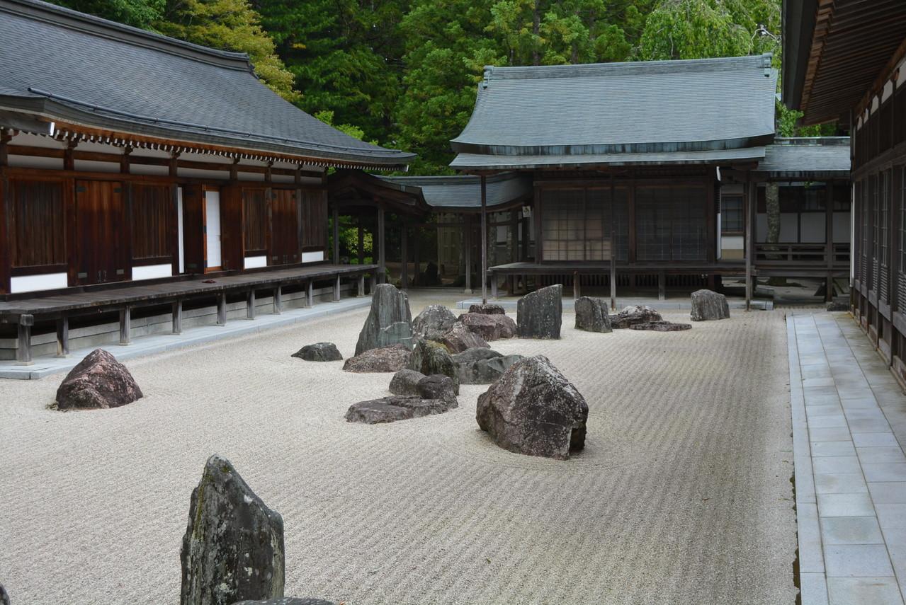 蟠竜庭(ばんりゅうてい)。140の岩を使って龍を表しています。