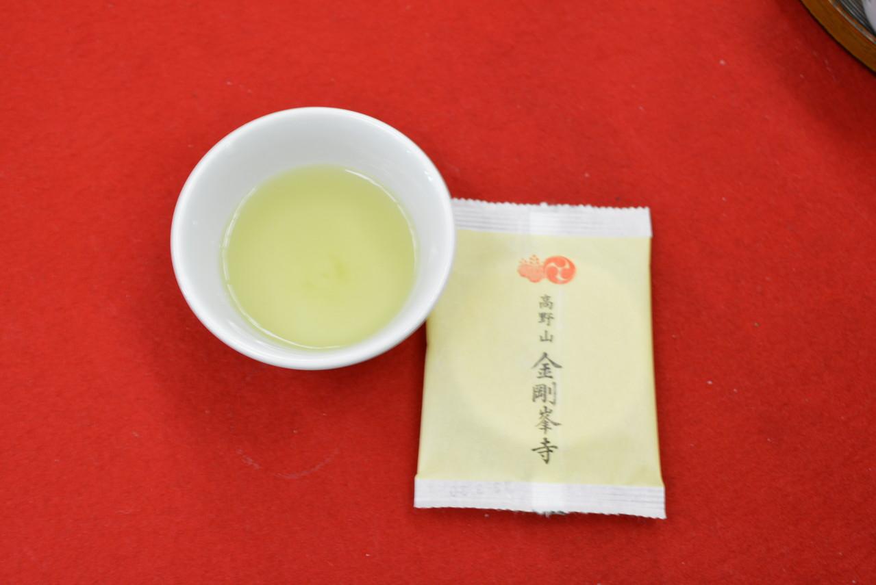 お茶と金剛峯寺限定のお菓子を出してくれる休憩所もあります。