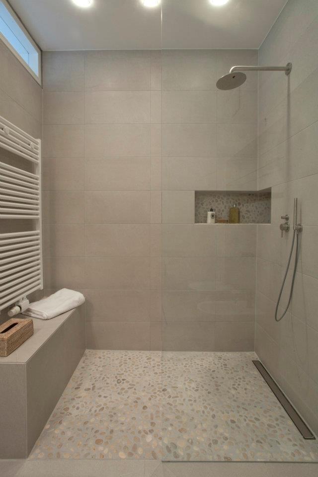 In der großzügigen Dusche kann man sich sogar setzen und direkt vor Ort sein Handtuch aufwärmen.