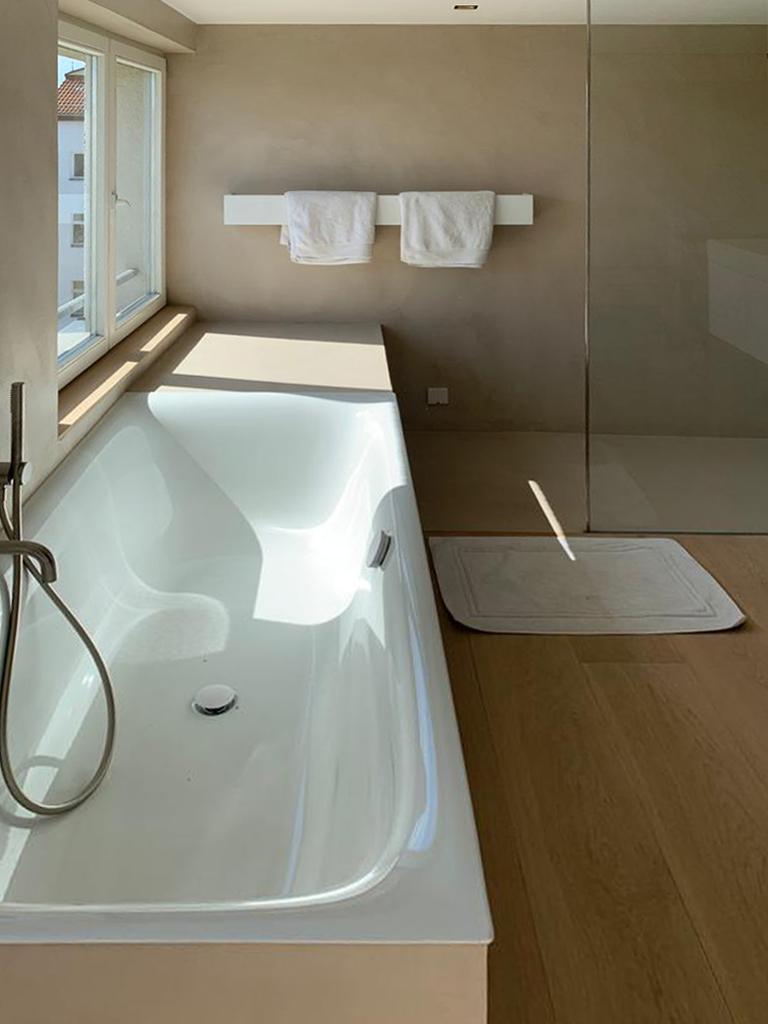 Badewanne, Handtuchhalter und Armaturen