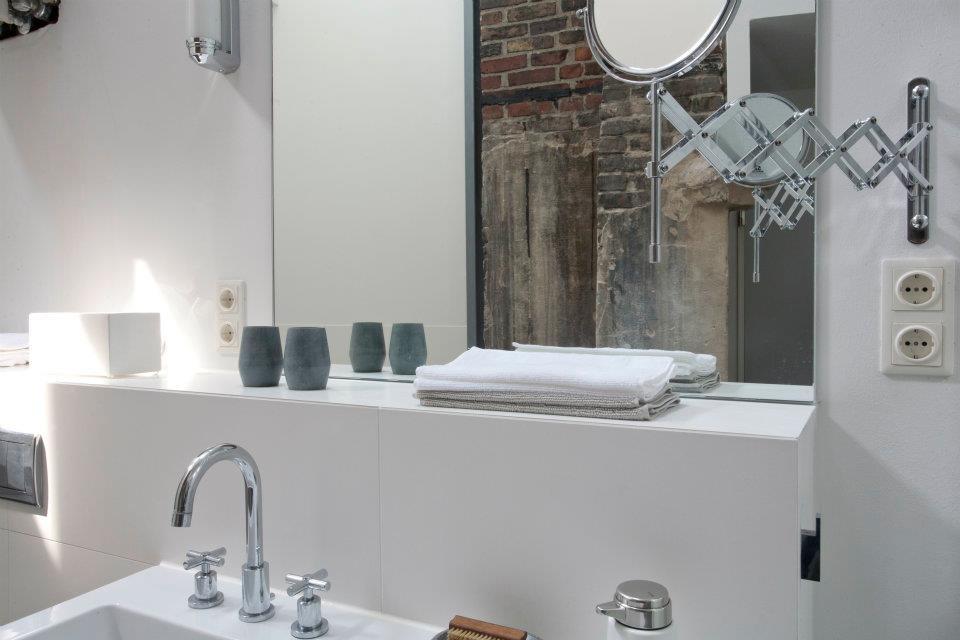Der Spiegel über dem Waschplatz bietet einen Blick auf das offene Mauerwerk.