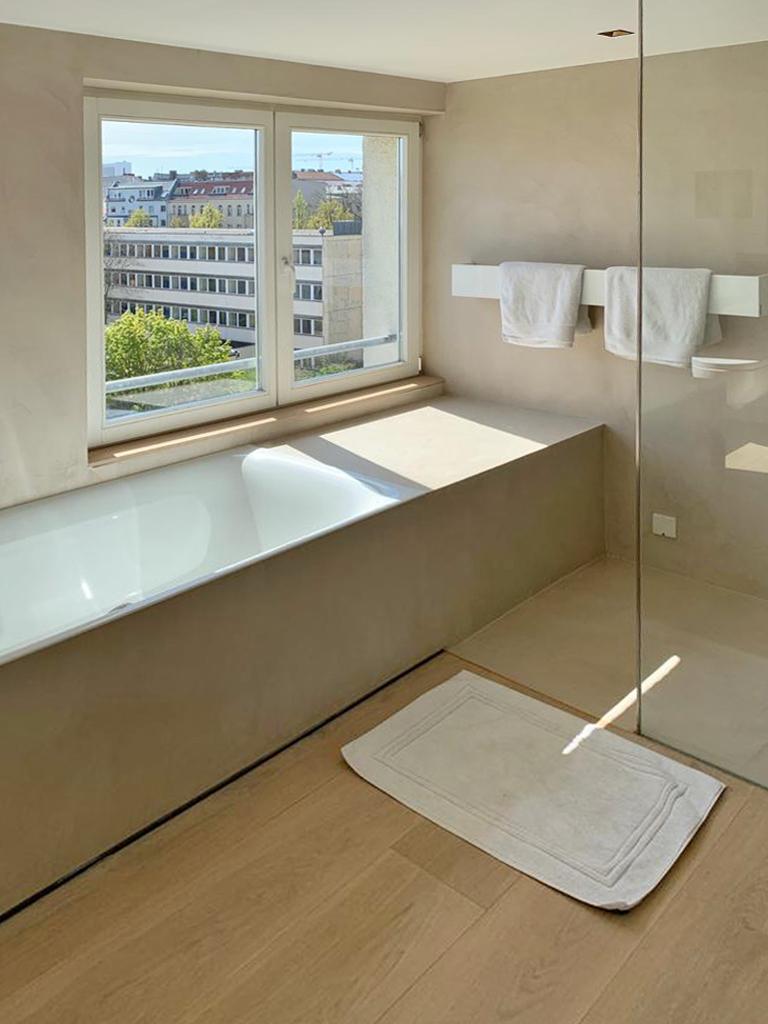Badewanne und Handtuchhalter
