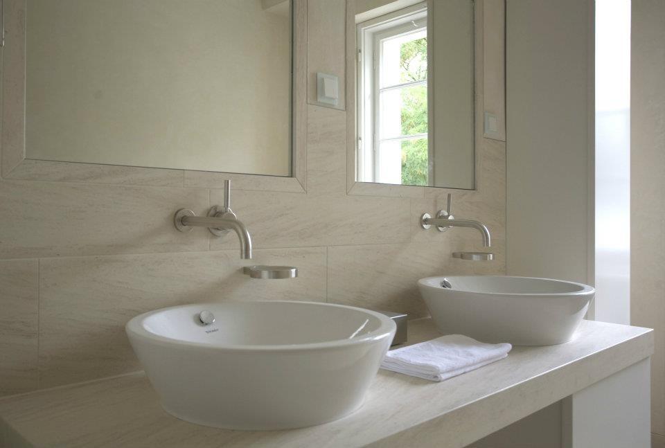 Der Doppelwaschplatz mit runden Aufsatzwaschbecken bietet genügend Platz für Zwei.