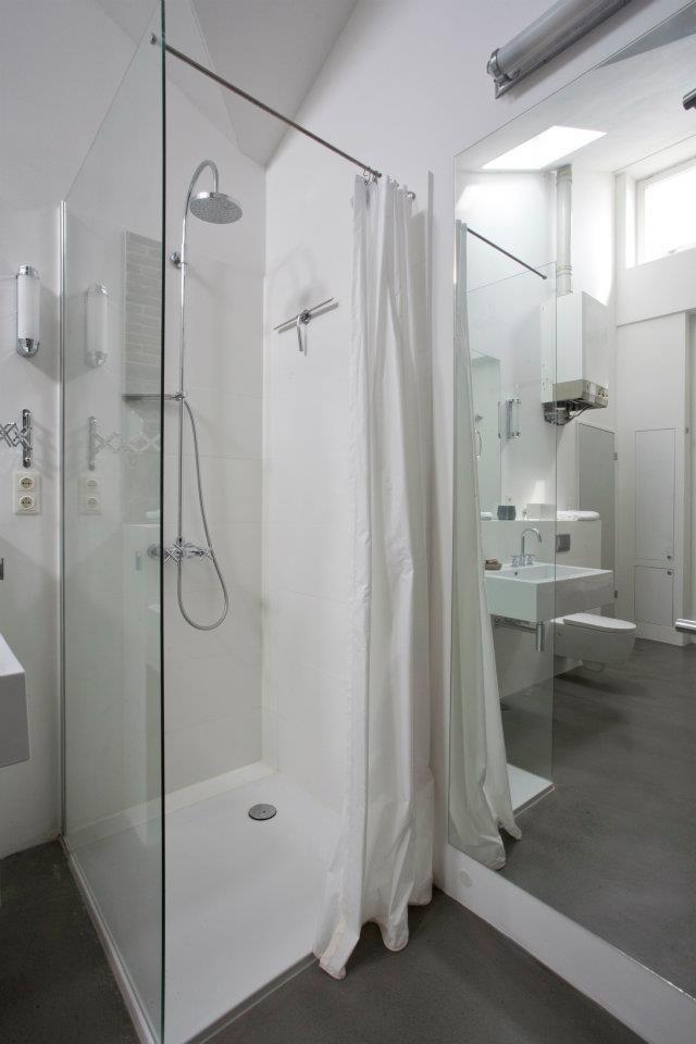 Die Dusche ist zum Waschplatz mit einer Echtglaswand abgetrennt.