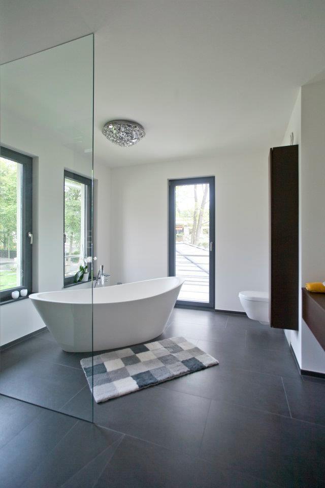 Die weiche Form der freistehenden Wanne ist ein schöner Kontrast zur sonst sehr coolen Schwarz-Weiß-Gestaltung des Raumes.