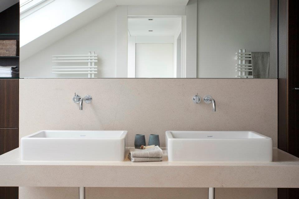 Der Waschtisch als geradliniges Zentrum des Badezimmers.