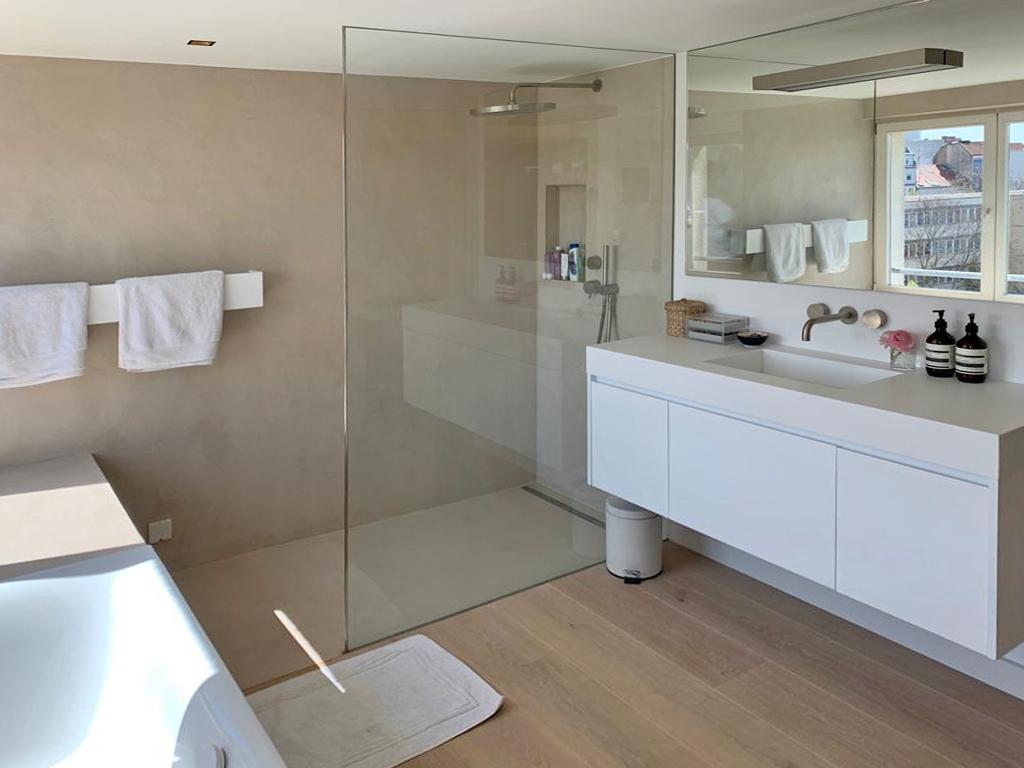 Waschtisch, Waschtischunterschrank, Badewanne, Handtuchhalter und Armaturen