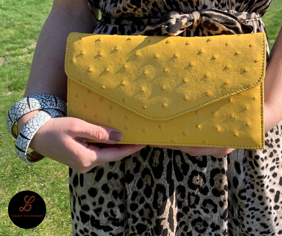 Gele clutch in struisvogelleder (met lederen riem)- 350€