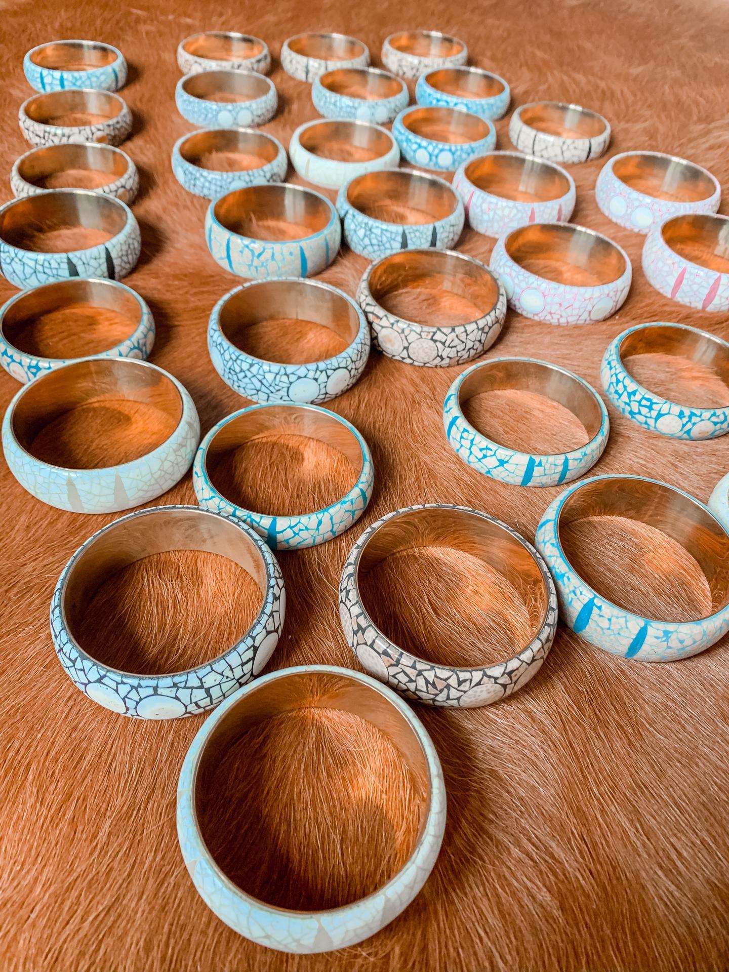 Armbanden in eggshel- small - 45€ / medium - 55€ - (ook apart verkrijgbaar)