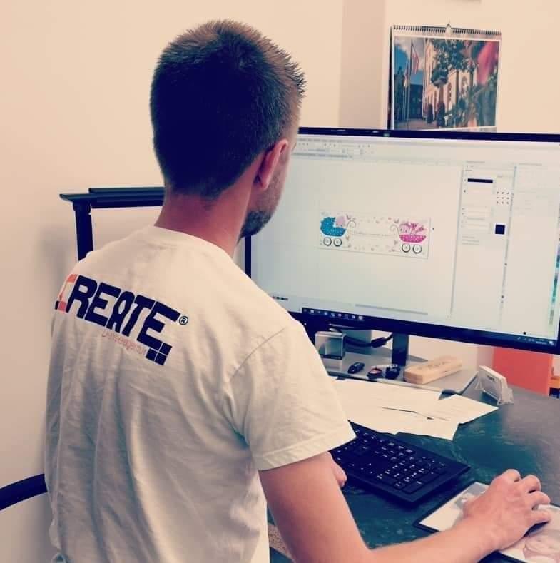 Tobias Glaser bei der Arbeit am PC in seinem Büro.