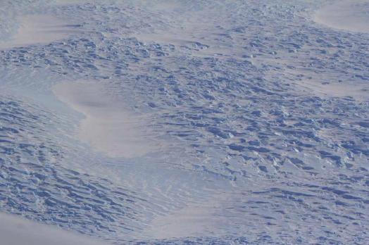 Champ de crevasse en surface du glacier Totten en Antarctique. La glace ainsi endommagée est transportée avec l'écoulement. Photo : Bruno Jourdain