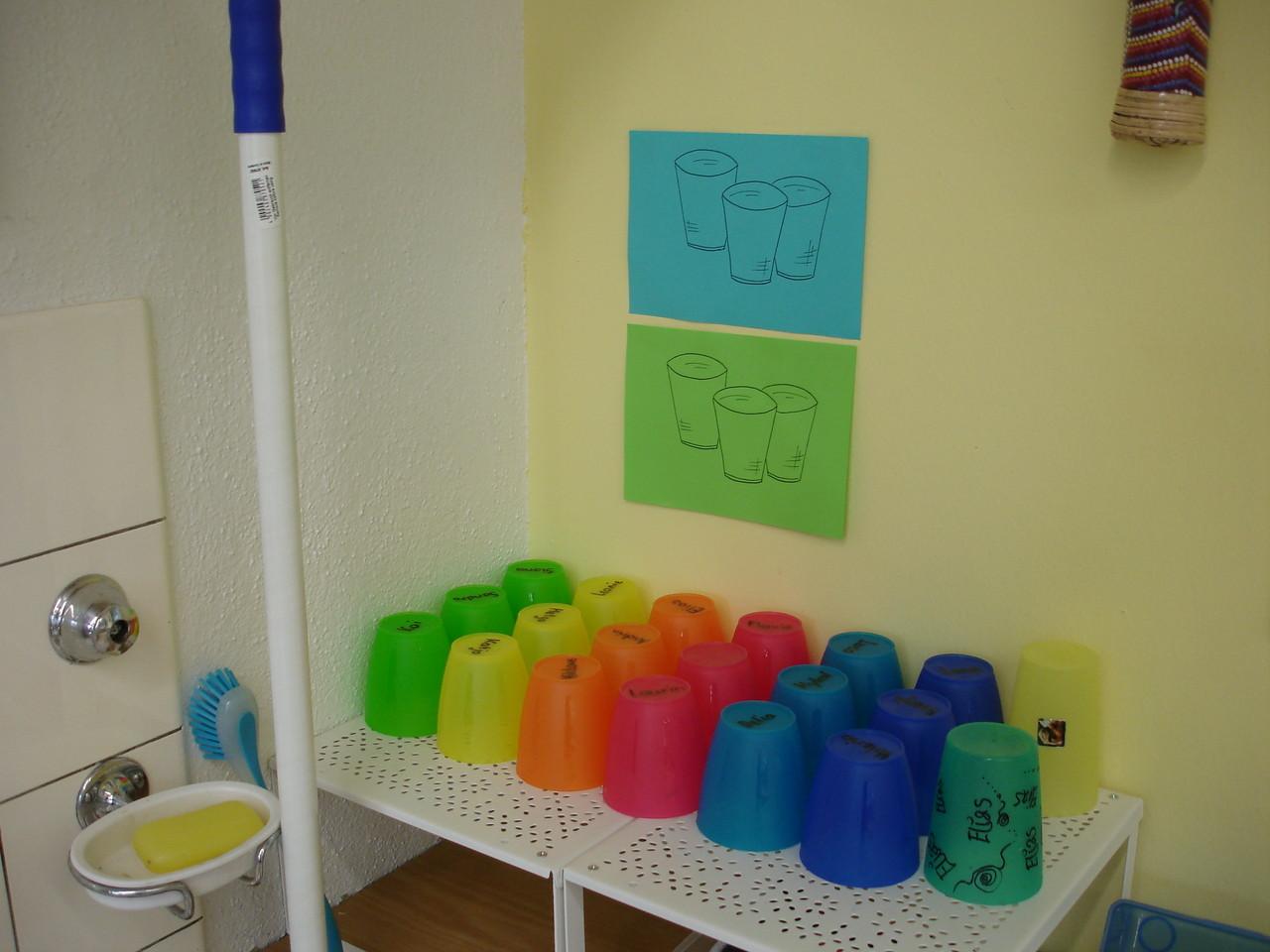 Mit den Kindern den Ordnungssinn schulen und aufzeigen, wo die Unterrichtshilfen versorgt werden
