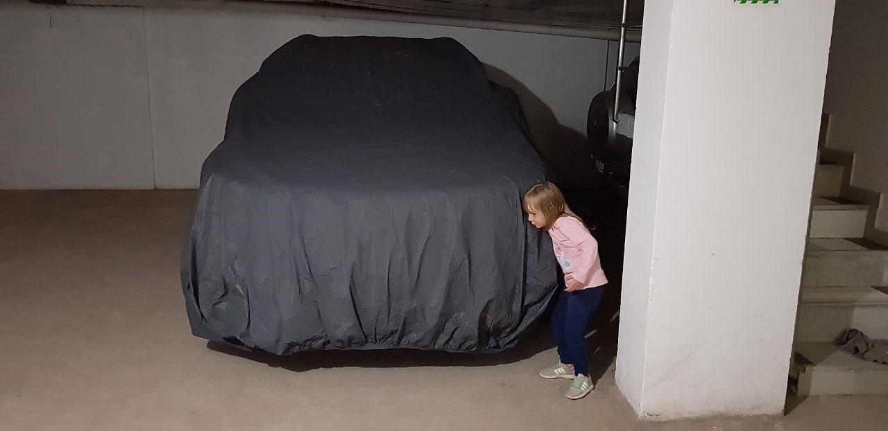 Marta Tielmann bewacht unser Auto. Danke!