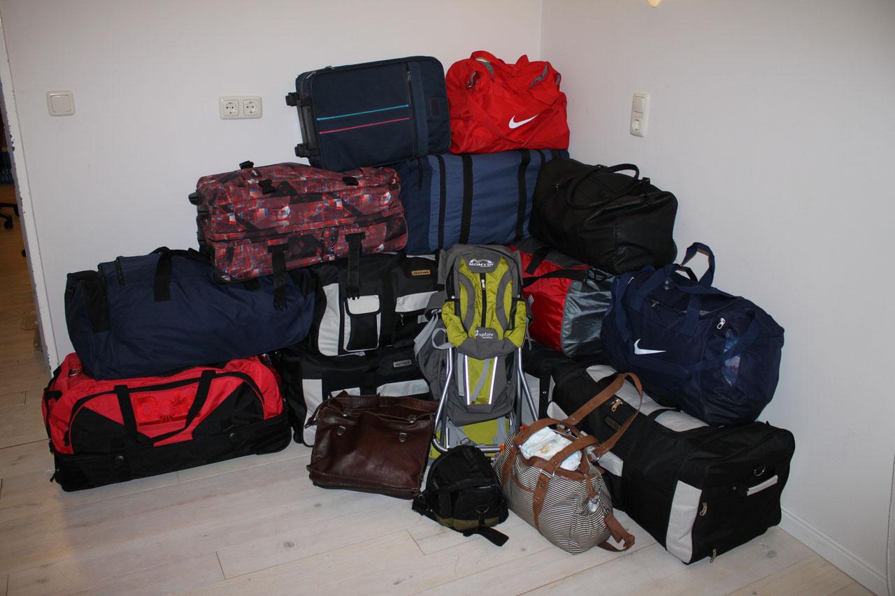 Es ging weiter zur Gepäckabholung. Es ist keine Selbstverständlichkeit, dass bei so vielen Gepäckstücken auch alle ihr Ziel erreichen würden. Doch siehe da, alle Gepäckstücke waren unversehrt in Peru angekommen.