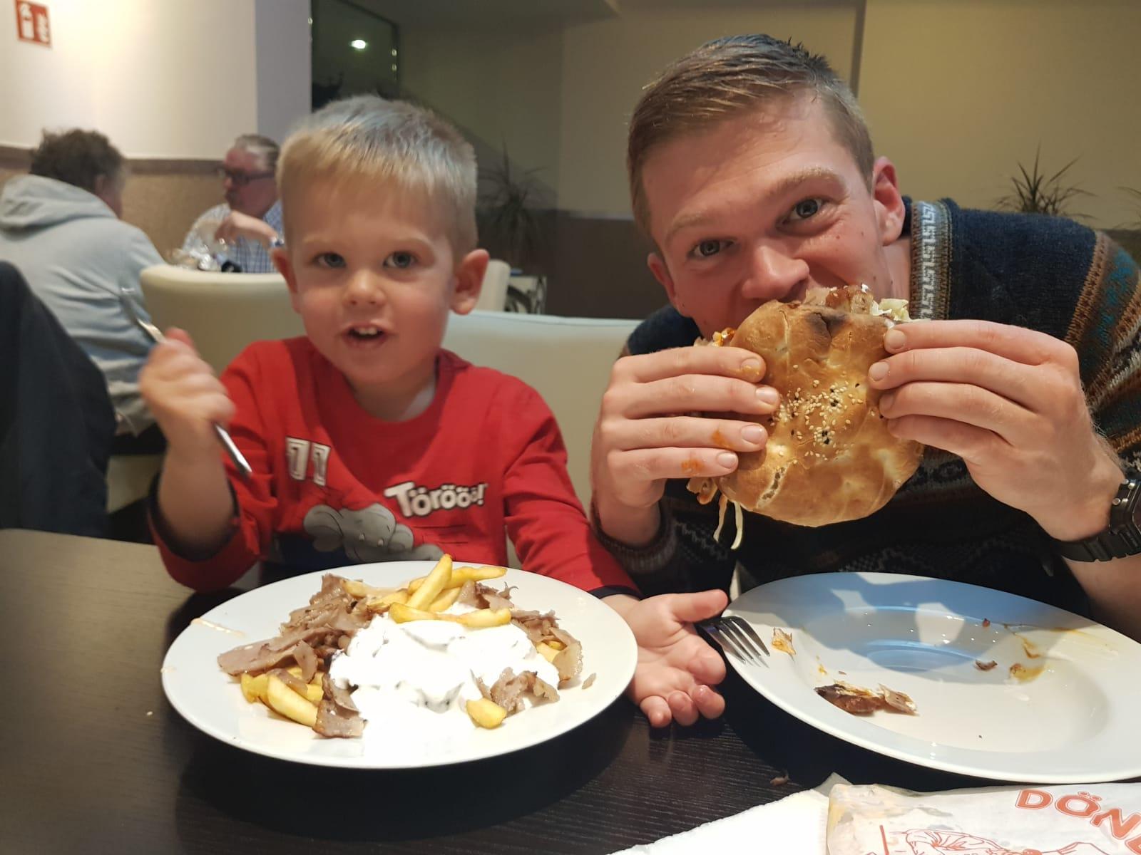"""Jetzt lernt Jaron erstmal gutes """"deutsches"""" Essen kennen."""