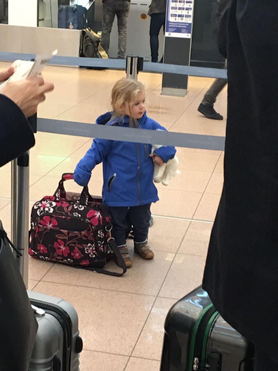 Man lotste uns aus der Schlange des Check-In-Schalters von KLM - wir sollten unseren Check-In am Automaten vollziehen und das neue Self-Baggage ausprobieren. Dass wir die Versuchskaninchen waren, sagte uns keiner!