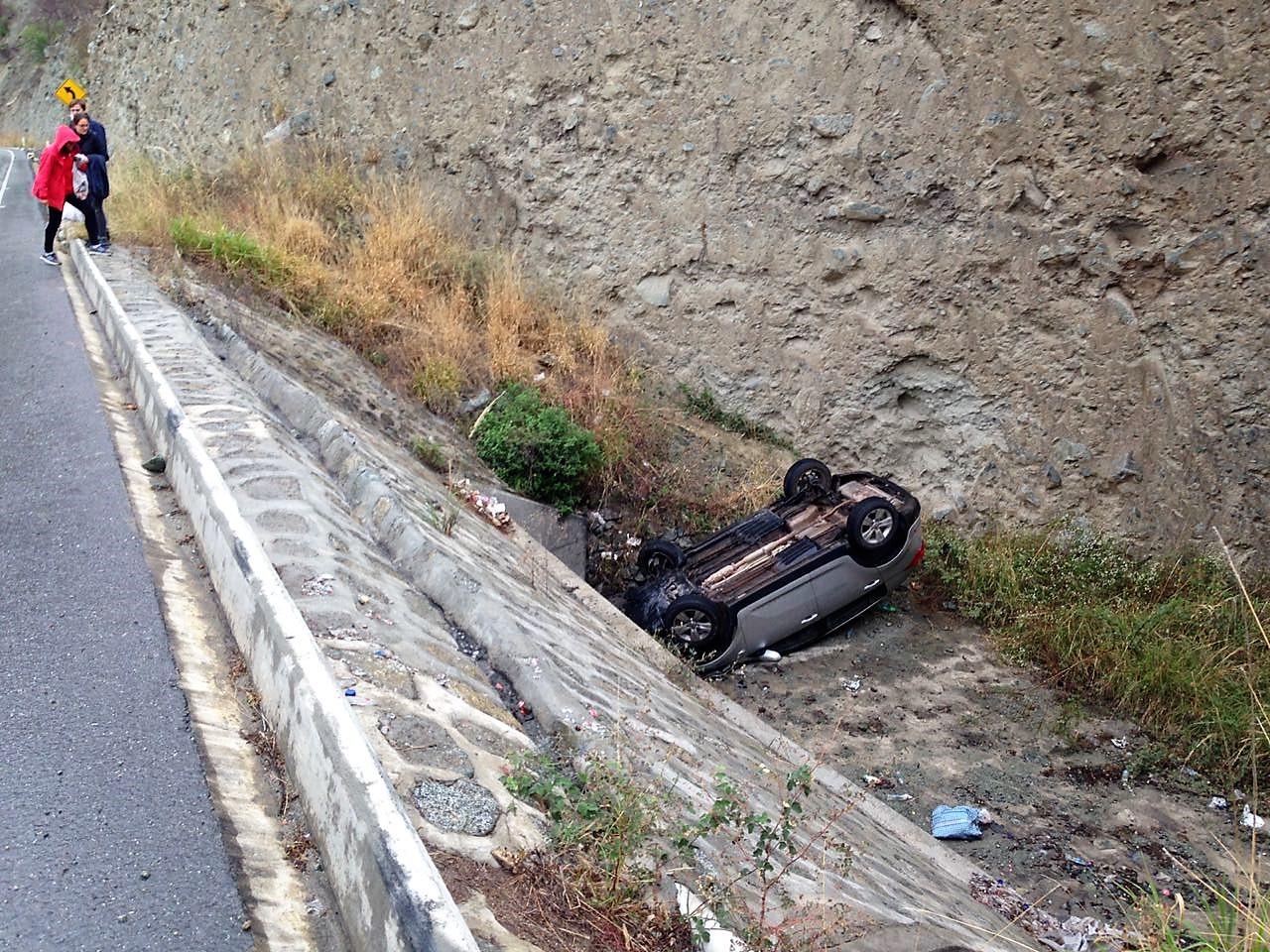 Der Überholende und unser Fahrer konnten zwar den Frontalzusammenstoß vermeiden, allerdings verlor der Unfallverursacher die Kontrolle und überschlug sich.