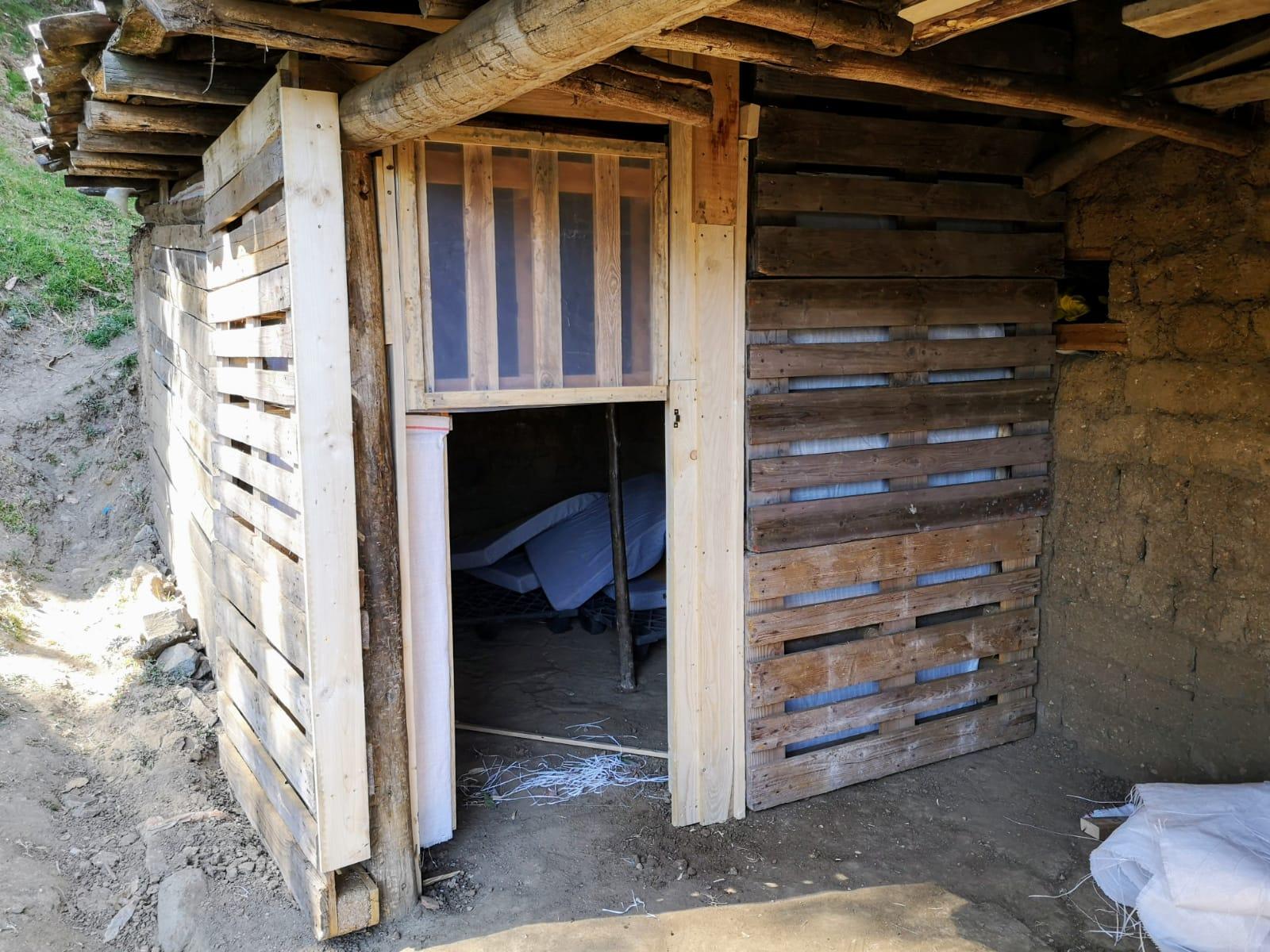Wände und Türen sind fertig! Jetzt werden nur noch die mitgebrachten Paletten und Matratzen aufgebaut.