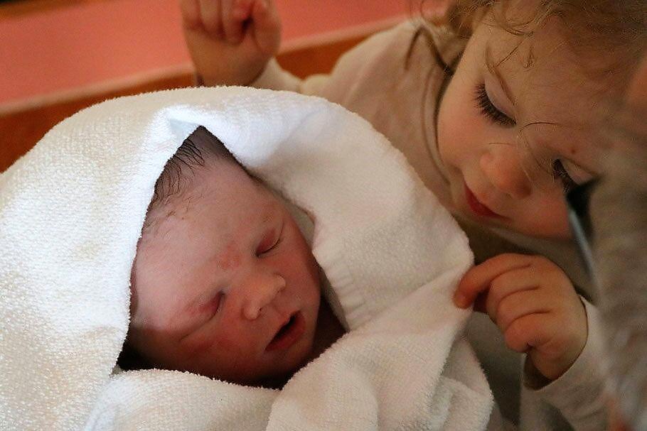 Luana durfte ihr kleines Brüderchen zum ersten Mal sehen