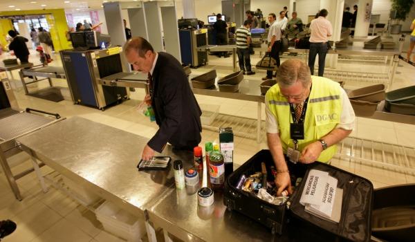 Dann ging es durch den Zoll. Es gibt zwei Varianten: 1. Man wird raus gewunken und das gesamte Gepäck wird kontrolliert. 2. Das ganze Gepäck wird nochmal durch einen Scanner geschickt, bevor man raus darf.