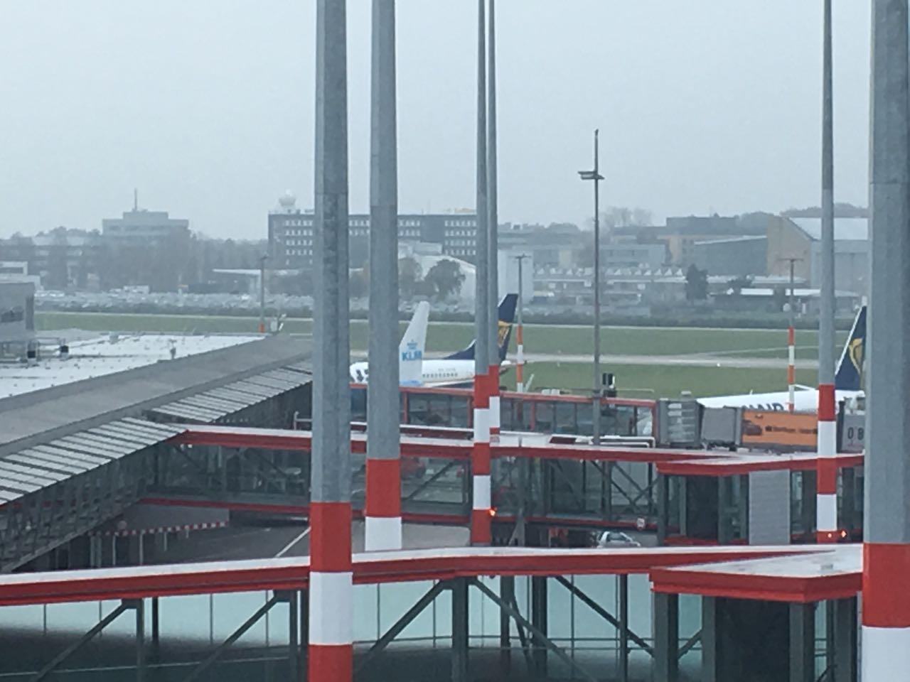 Mit 20 Minuten Verspätung landeten wir in Amsterdam und mussten uns dort daher sehr beeilen und wieder extrem weit laufen.